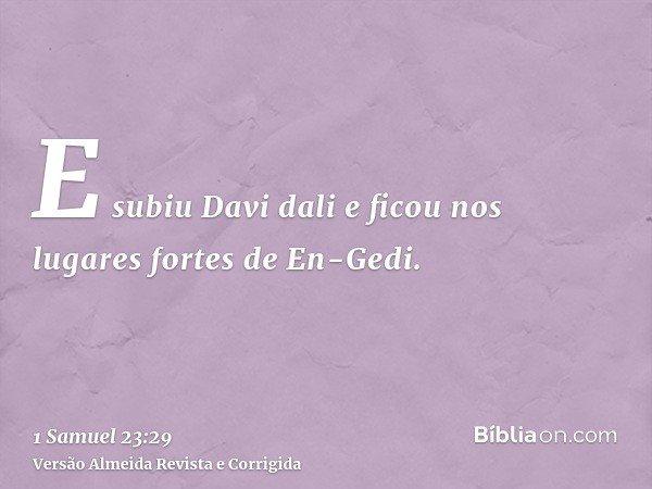 E subiu Davi dali e ficou nos lugares fortes de En-Gedi.