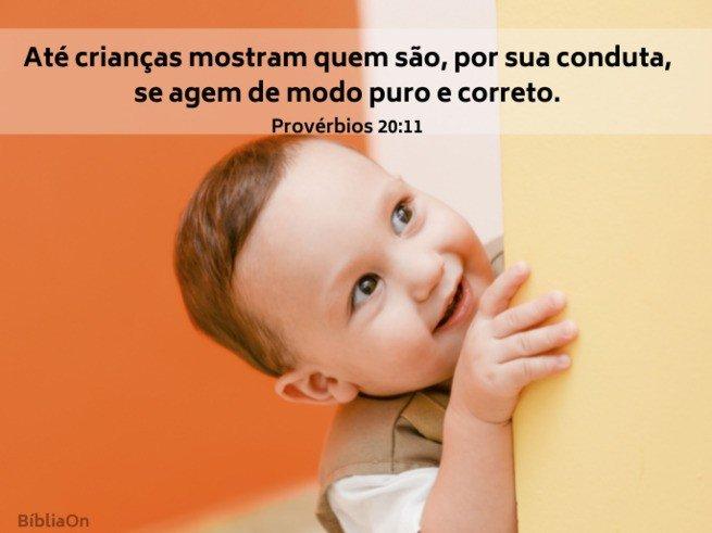 Imagem criança pequena sorrindo - Versículo Provérbios 20:11