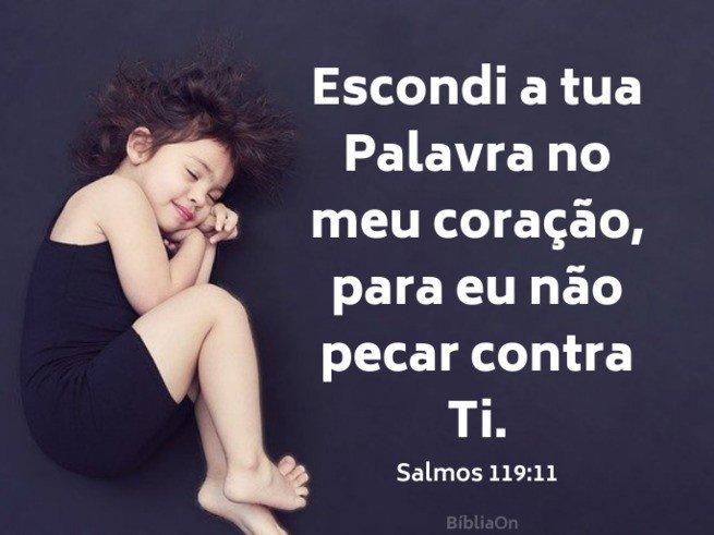 Criança dormindo, fundo preto - Salmo 119:11 Escondi a tua Palavra no coração para não pecar contra Ti