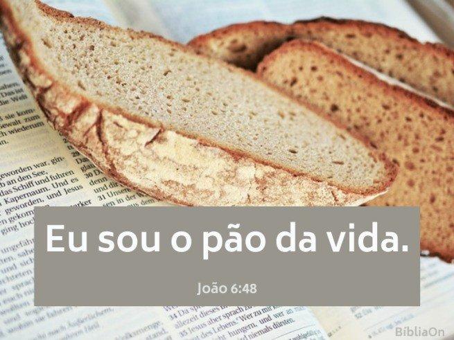 Imagem de pão sobre a bíblia - Versículo João 6:48 - Eu sou o pão da vida