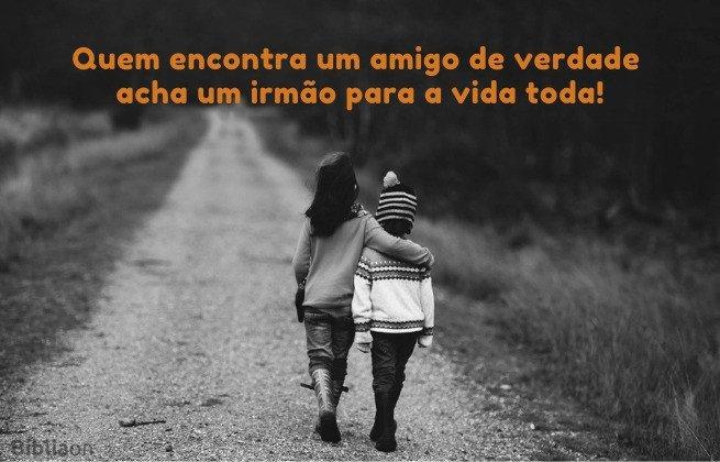 Imagem de 2 crianças andando abraçadas no caminho - Quem encontra um amigo acha um irmão para a vida toda