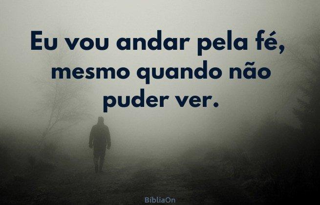 Eu vou andar pela fé, mesmo quando não puder ver - Homem caminhando no nevoeiro