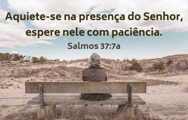 Imagem pessoa sentada de costas num banco de madeira - Espere em Deus com paciência - Salmos 37:7a
