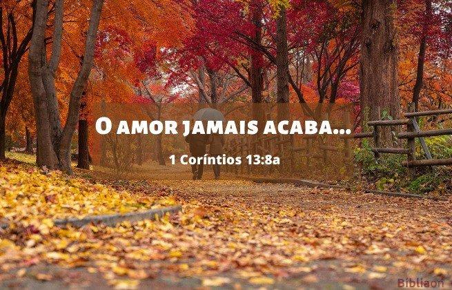 Casal caminhando parque no outono, folhas amarelas e vermelhas nas árvores e chão - O amor jamais acaba. 1 Corintios 13:8