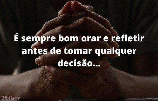 Imagem de fundo mãos entrelaçadas em oração - É sempre bom orar e refletir antes de tomar decisão.
