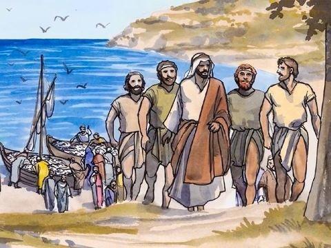 Jesus seguido por alguns homens, no fundo barcos cheios de peixes e o mar