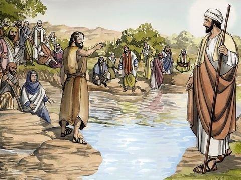 João no rio junto de uma multidão aponta para Jesus