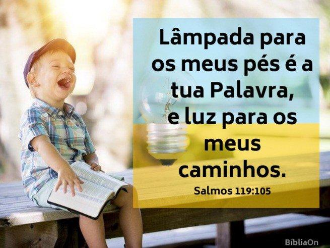 Criança sentada lendo a bíblia, sorriso - Salmos 119:105 Lâmpada para os meus pés é a tua Palavra