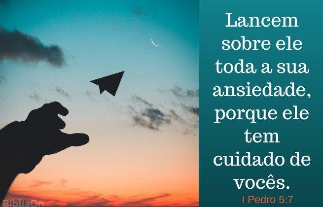 Imagem mão lançando avião papel para o céu - Versículo 1 Pedro 5:7 - Lancem sobre ele toda ansiedade, porque ele tem cuidado de vocês