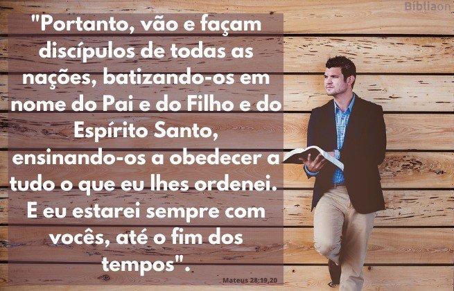 Versículo Bíblico - Mateus 28:19-20 - Imagem homem com uma bíblia