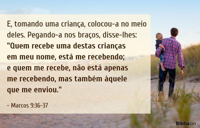 E, tomando uma criança, colocou-a no meio deles. Pegando-a nos braços, disse-lhes: 'Quem recebe uma destas crianças em meu nome, está me recebendo; e quem me recebe, não está apenas me recebendo, mas também àquele que me enviou. Marcos 9:36-37