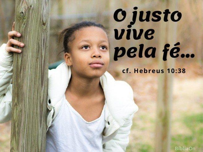 Menina olhando para o céu - O justo vive pela fé - Hebreus 10:38