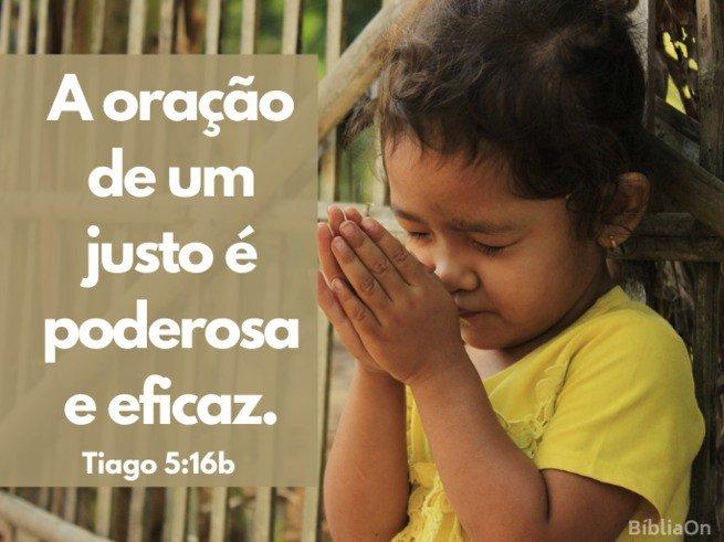 Imagem de uma criança orando, mãos unidas, ao fundo cerca de madeira - Versículo Tiago 5:16b