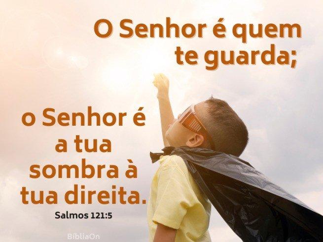 Criança imitando super-herói - Salmo 121:5 - O Senhor é quem te guarda... é a tua sombra a tua direita
