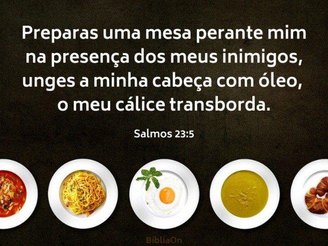 Imagens de pratos com refeições, fundo escuro e versículo - Salmo 23:5 'Preparas um banquete para mim..;'