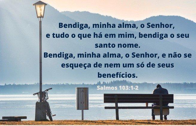 Imagem de homem sentado banco à beira lago - Salmo 103:1-2  'Bendiga minha ao Senhor'