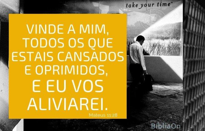 Versículo Mateus 11:28 - homem cansado ajoelhado - vinde a mim todos os cansados e oprimidos e eu vos aliviarei